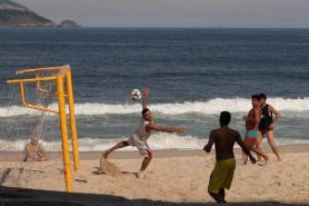 epa04206178 A group of young men play soccer on the beach of Leblon, one of the richest neighborhoods of Rio de Janeiro, Brazil, 14 May 2014.  EPA/Marcelo Sayao